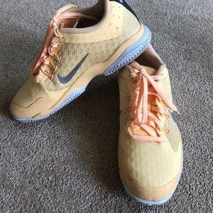 Ladies Size 6 Nike Athletic Shoe